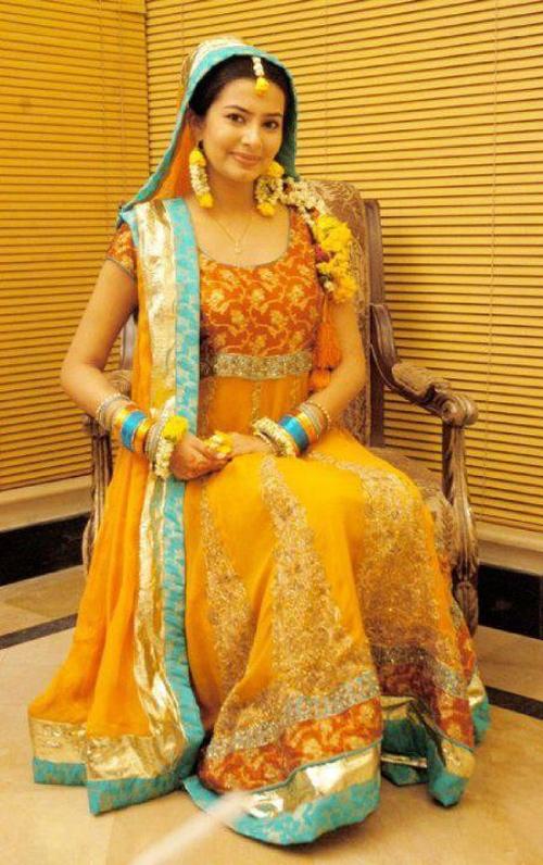 Latest-Mehndi-Dresses-for-B