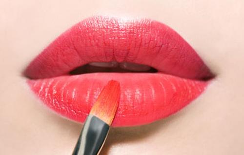 Applying-red-lipstick-007